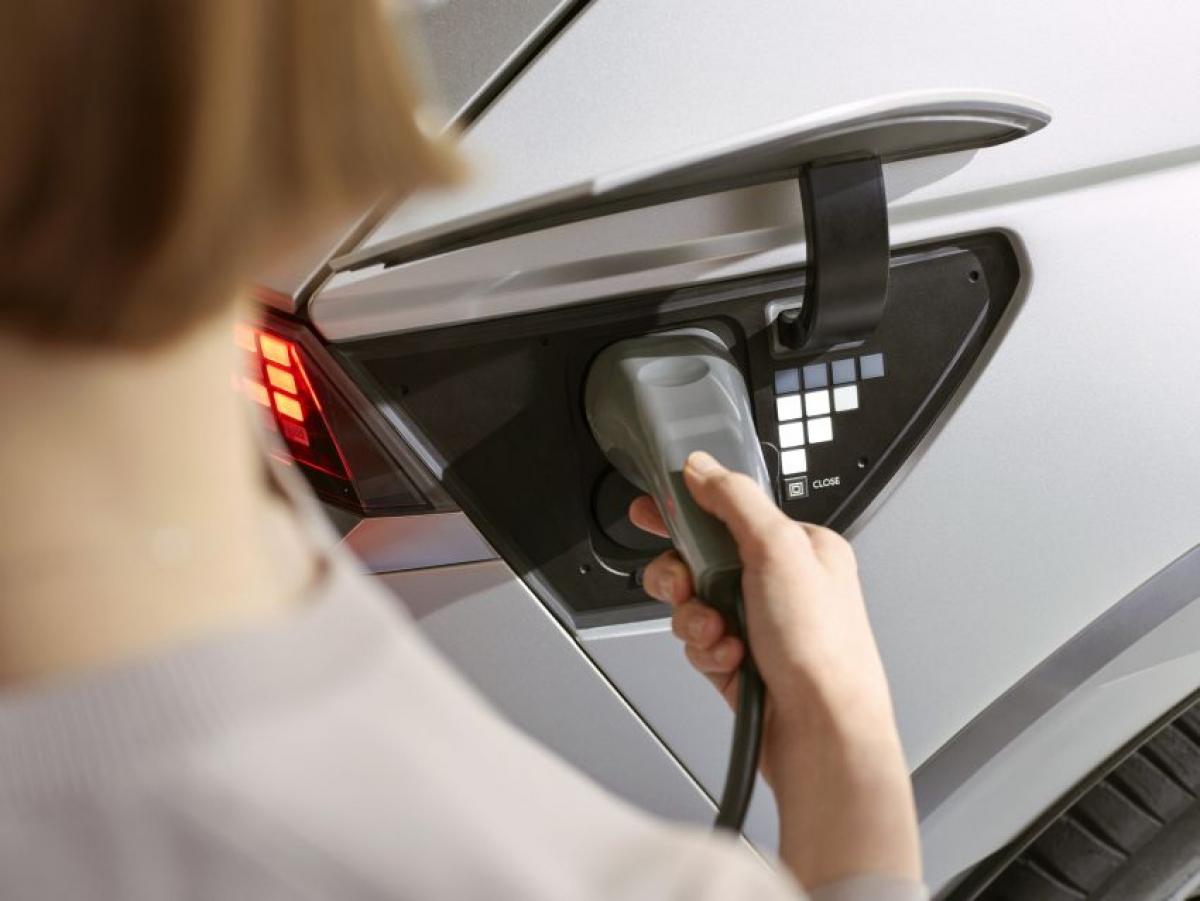 """Những tính năng tiêu chuẩn trên xe có thể kể đến: Ghế trước """"Zero Gravity"""" chỉnh điện 12 cấp, ghế sau chỉnh điện 2 cấp, bọc da thân thiện môi trường, cửa sổ trời toàn cảnh, ghế trước sưởi và làm mát, ghế sau có sưởi, cốp mở điện, mâm hợp kim 20 inch và những đồ trang trí được làm từ vật liệu tái chế."""