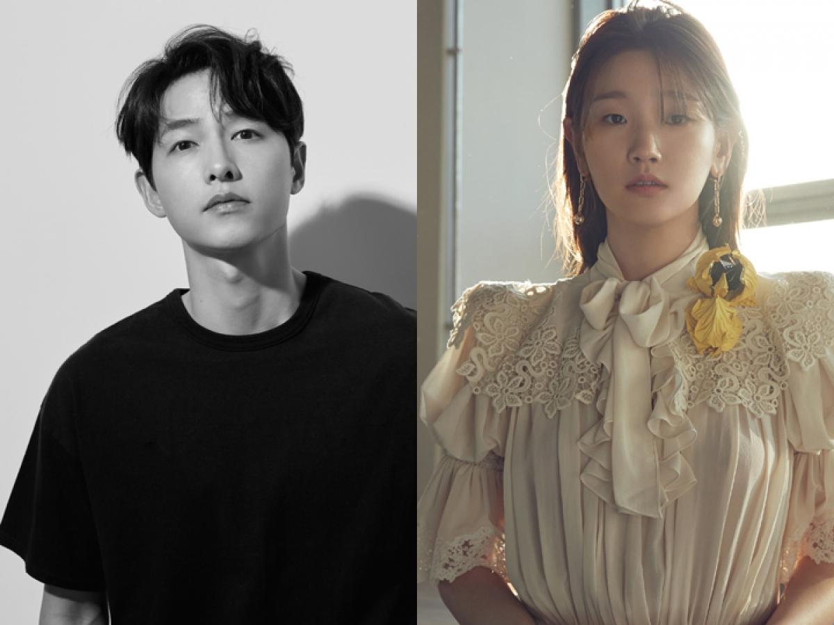 Song Joong Ki sánh đôi cùng Park So Dam trong vai trò MC dẫn dắt Lễ khai mạc Liên hoan phim quốc tế Busan 2021.