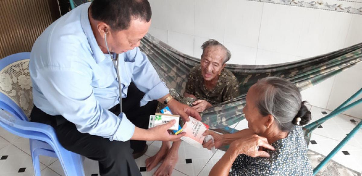 Bác sĩ Trịnh Hữu Nhẫn - trạm trưởng Trạm y tế xã Phước Lộc (Nhà Bè) - khi còn sống, luôn quan tâm thăm khám và giải thích cặn kẽ cho bà con về các bệnh lý gặp phải - Ảnh: gia đình cung cấp (Báo Tuổi trẻ)