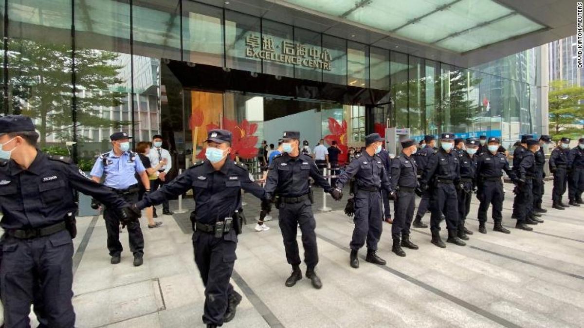 Các nhân viên an ninh vây kín trụ sở của Evergrande, nơi mọi người tụ tập để yêu cầu hoàn trả các khoản vay và các sản phẩm tài chính ở Thâm Quyến (Trung Quốc) vào ngày 20/9/2021. (Ảnh: CNN Business)