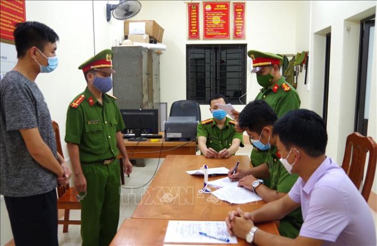 Cơ quan Cảnh sát Điều tra - Công an tỉnh Hà Giang thi hành lệnh bắt tạm giam các đối tượng trong vụ án. Ảnh: TTXVN phát