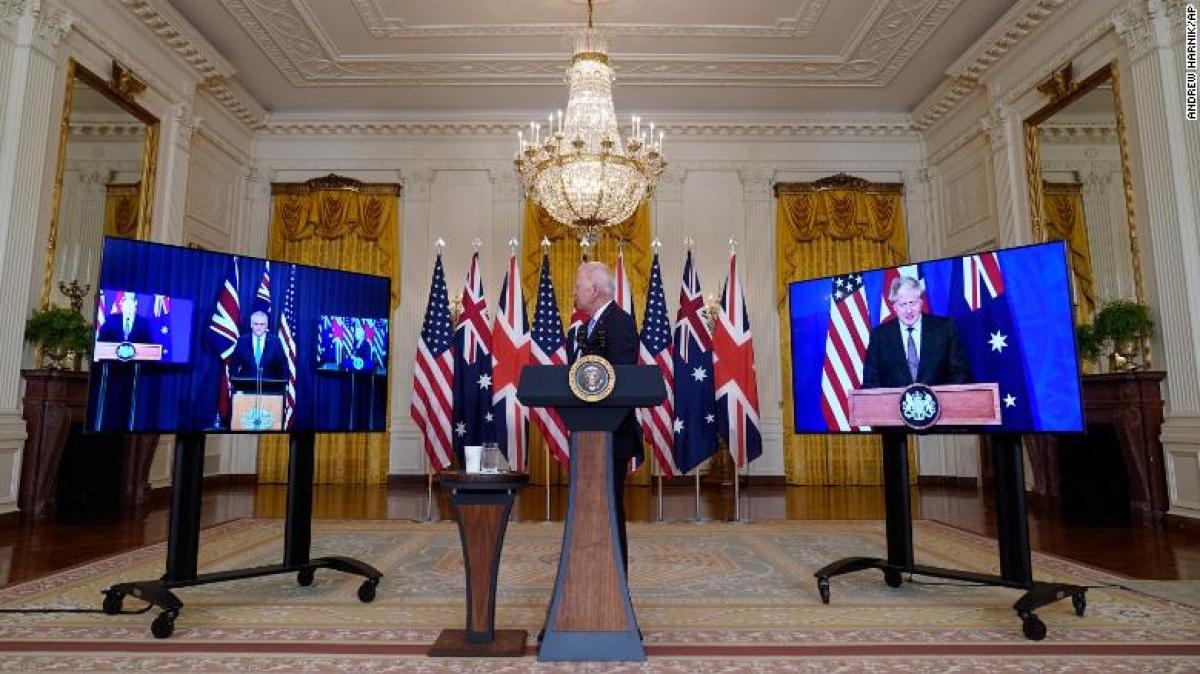 Tổng thống Biden trong cuộc họp trực tuyến với Thủ tướng Australia Scott Morrison (trái) và Thủ tướng Anh Boris Johnson (phải) tại phòng Đông của Nhà Trắng ngày 15/9/2021. Ảnh: CNN
