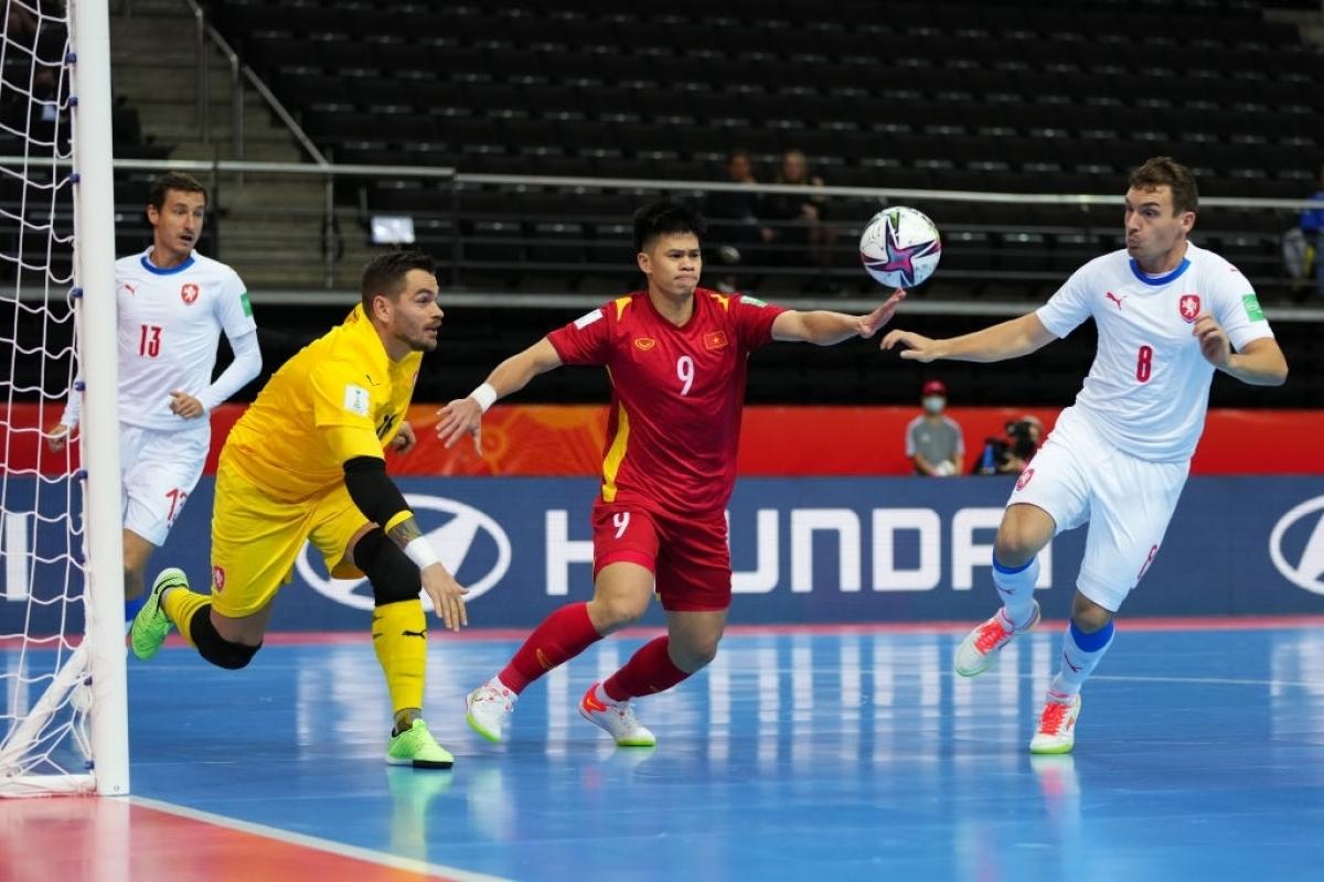 Ở trận đấu với ĐT Nga, ĐT Futsal Việt Nam sẽ thiếu vắng pivot Đức Tùng vì chấn thương. Khả năng ra sân của một pivot khác là Đắc Huy cũng đang bỏ ngỏ do đau bàn chân. (Ảnh: Getty).