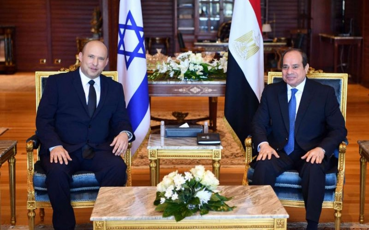 Thủ tướng Israel Naftali Bennett (trái) gặp gỡ với Tổng thống Ai Cập Abdel Fattah el-Sisi trên lãnh thổ Ai Cập vào ngày 13/9/2021 trong bầu không khí thân thiện. Ảnh: AP.