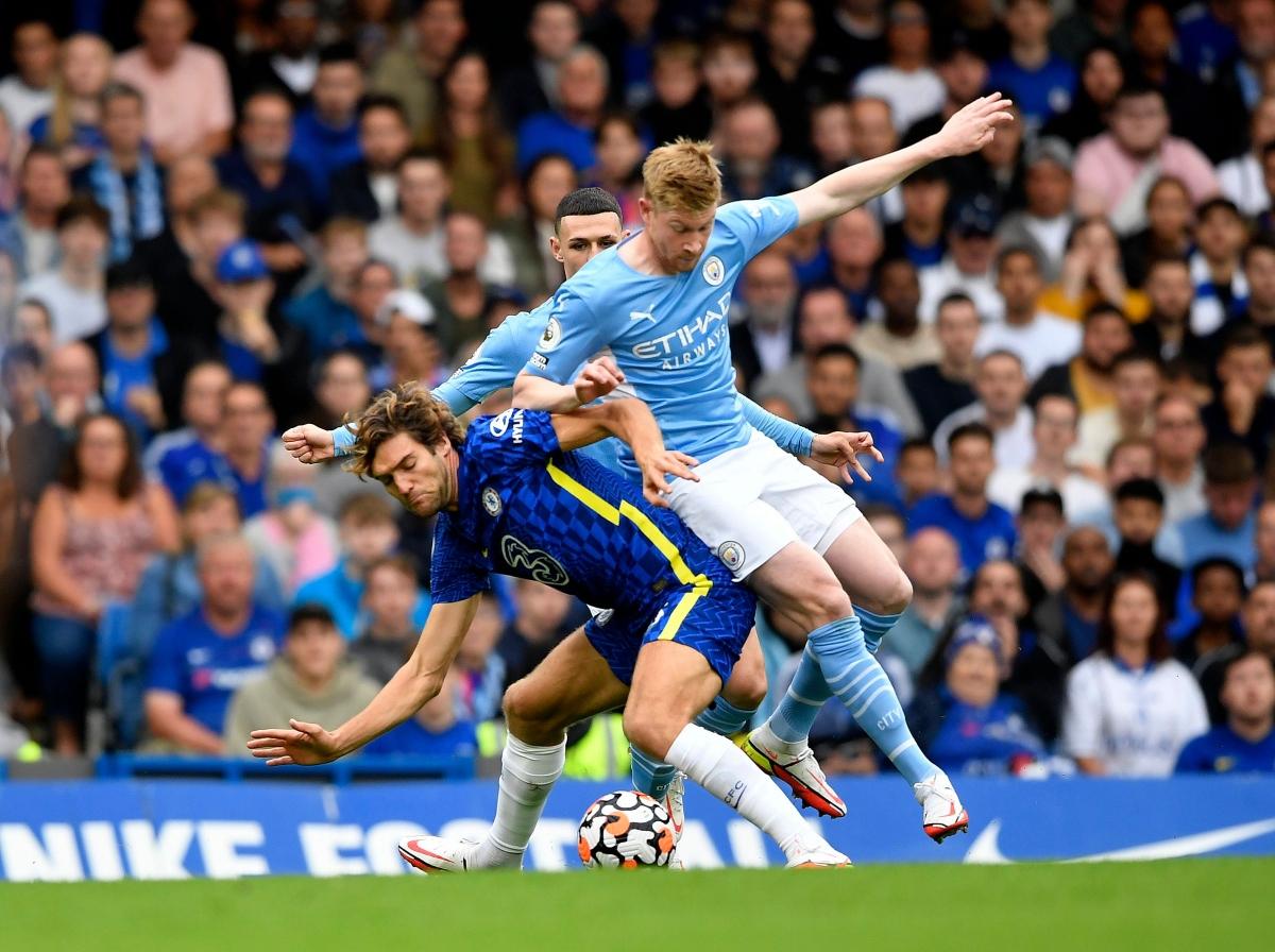 Cuộc đọ sức giữa Chelsea và Man City đang diễn ra với thế trận nặng về toan tính chiến thuật của cả 2 đội. (Ảnh: Reuters).