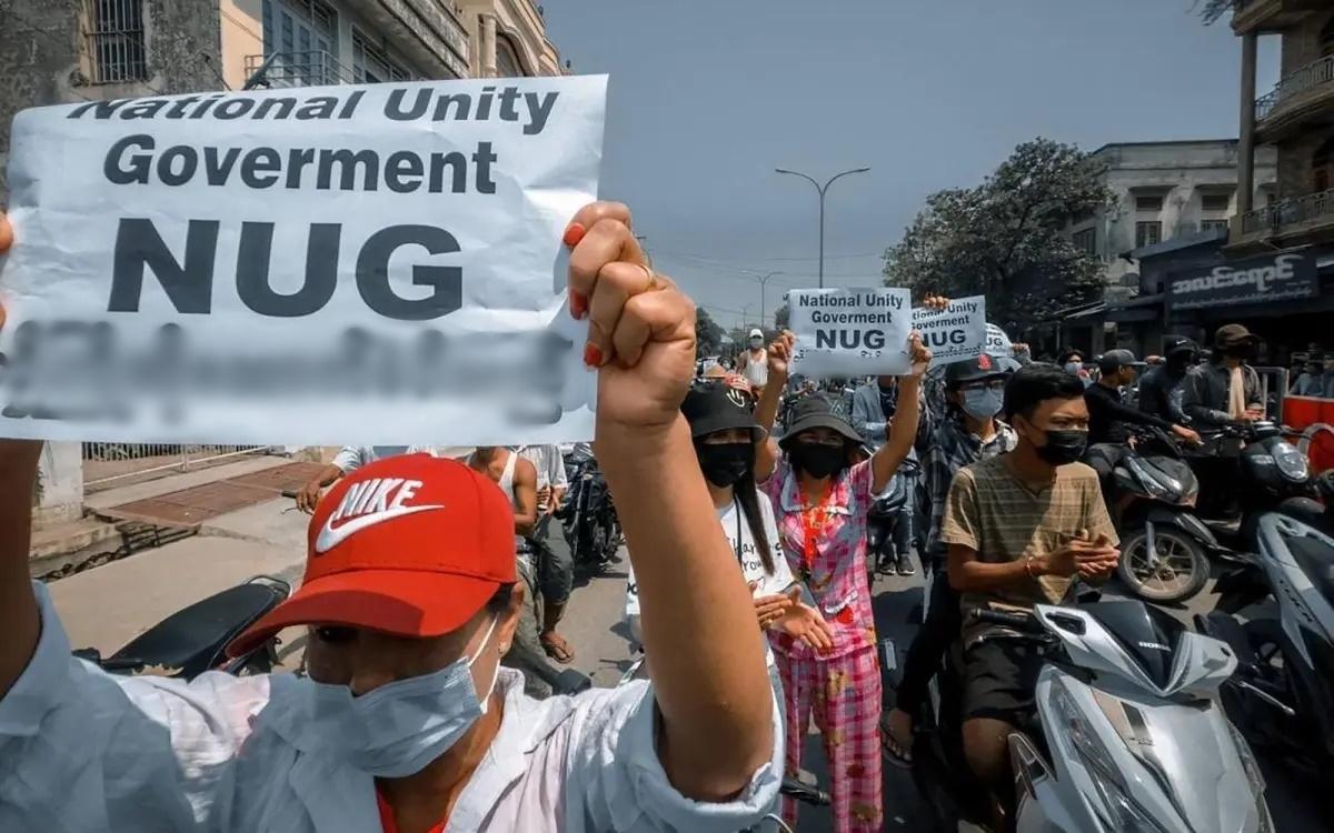 """Biểu tình của những người Myanmar ủng hộ """"chính phủ ngầm"""" NUG đối lập với chính quyền quân sự. Ảnh: AFP."""