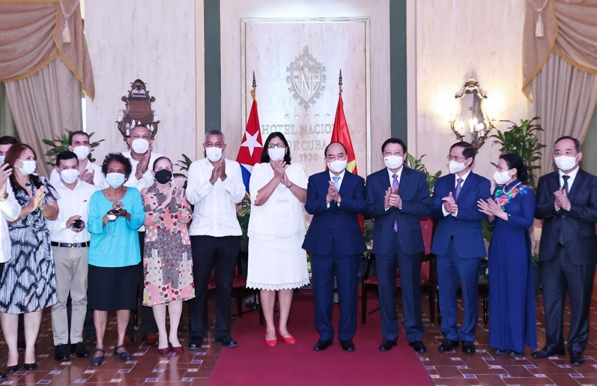 President Nguyen Xua Phuc meets with the first Vice President of the Cuban Institute of Friendship with Peoples (ICAP), the President of the Cuba - Vietnam Friendship Association, and representatives of the schools named after President Ho Chi Minh, Nguyen Van Troi, and Vo Thi Thang.