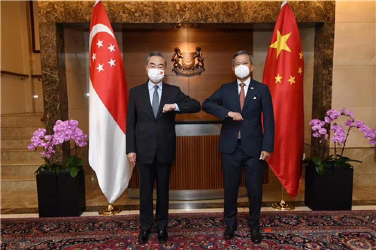 Ngoại trưởng Singapore Vivian Balakrishnan (phải) và Ngoại trưởng Trung Quốc Vương Nghị. Ảnh: Bộ Ngoại giao Trung Quốc.