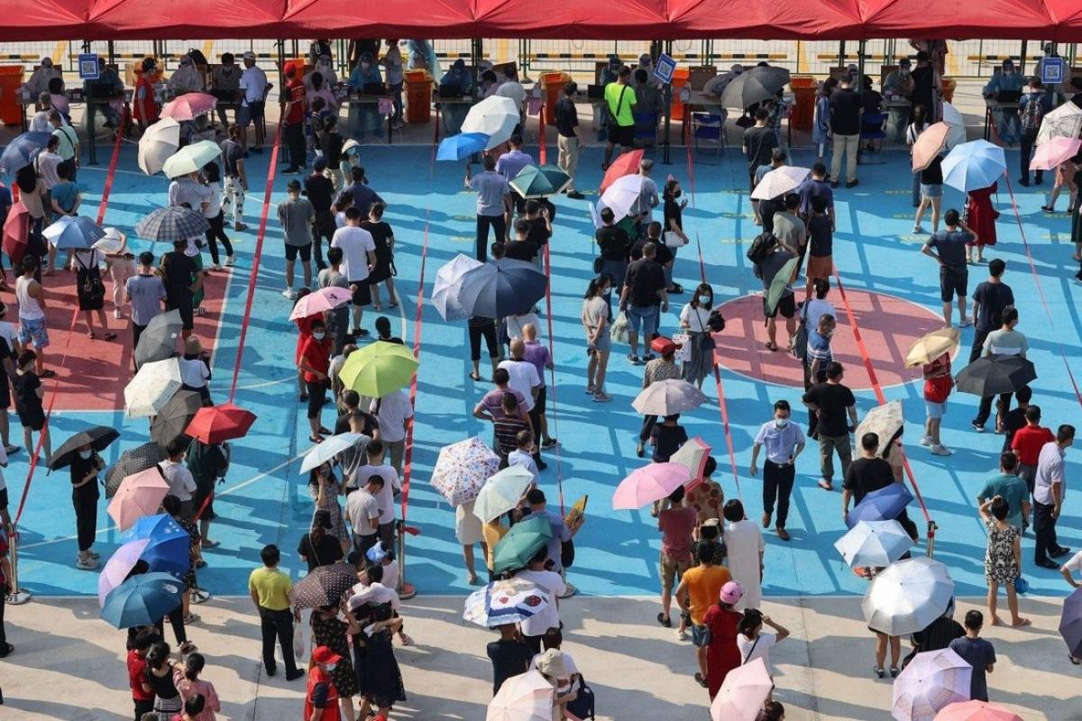 Người dân xếp hàng xét nghiệm Covid-19 ở Hạ Môn, tỉnh Phúc Kiến, Trung Quốc. Ảnh: AFP