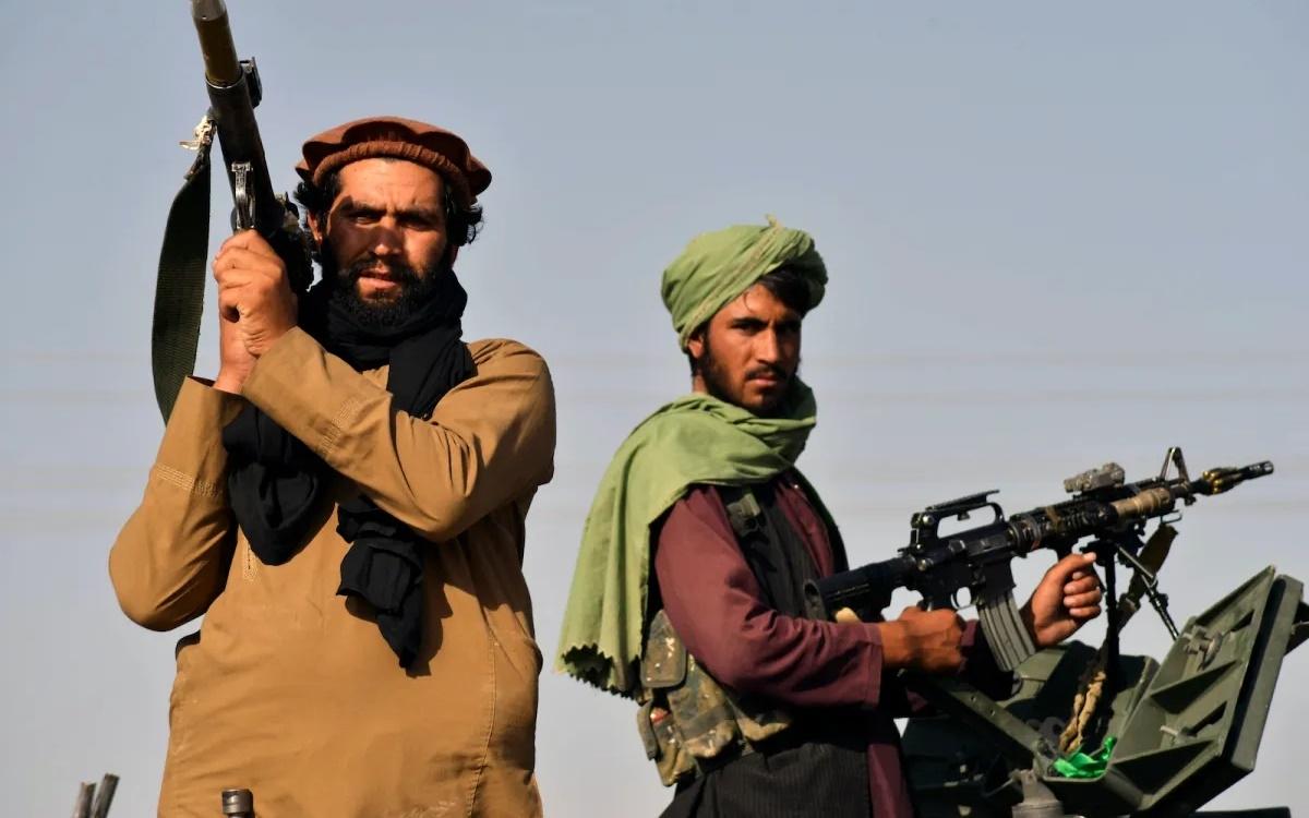 Chiến binh Taliban cầm súng trên xe thiết giáp sau khi chiếm được Afghanistan. Ảnh: AFP.