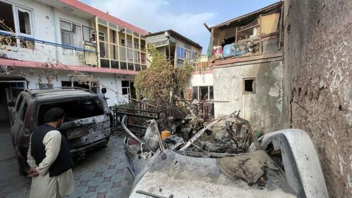 Hiện trường chiếc ô tô của nạn nhân Ahmadi tại nhà riêng của anh này sau khi bị UAV không kích nhầm. Ảnh: Anadolu.