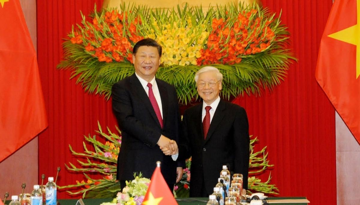 Party General Secretary Nguyen Phu Trong (R) shaking hands with Chinese Party General Secretary and President Xi Jinping during the latter' visit to Vietnam.