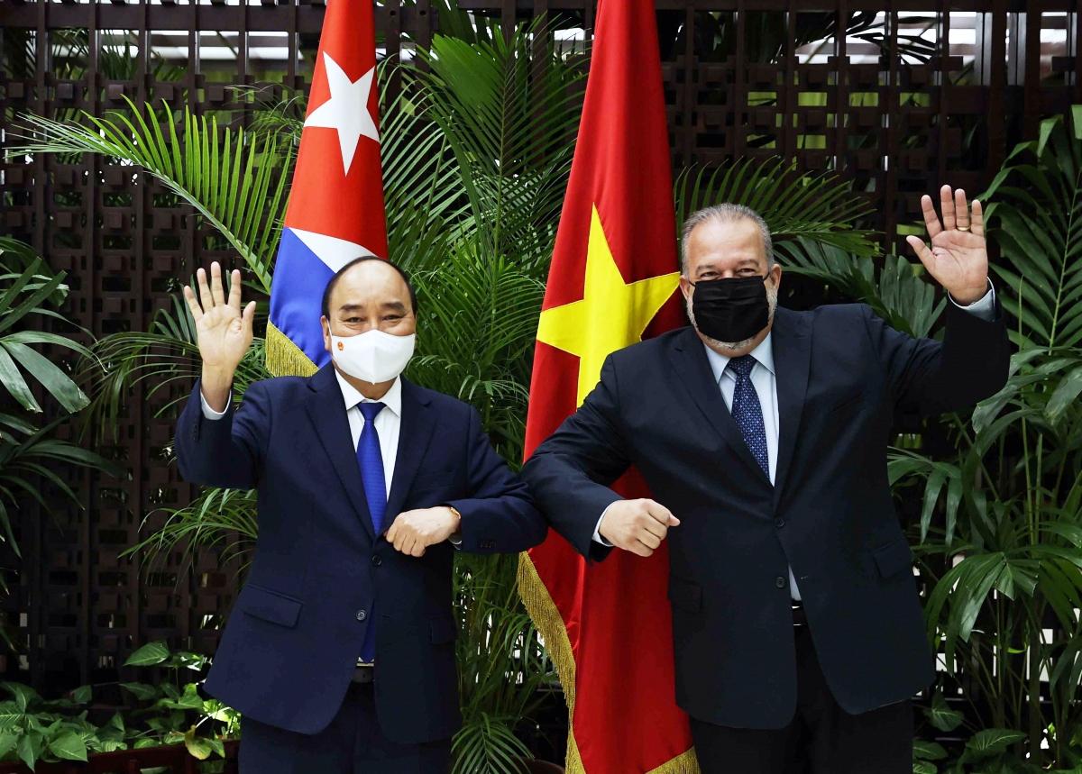 Cuban Prime Minister Manuel Marrero Cruz (R) welcomes Vietnamese State President Nguyen Xuan Phuc in Havana on September 19.