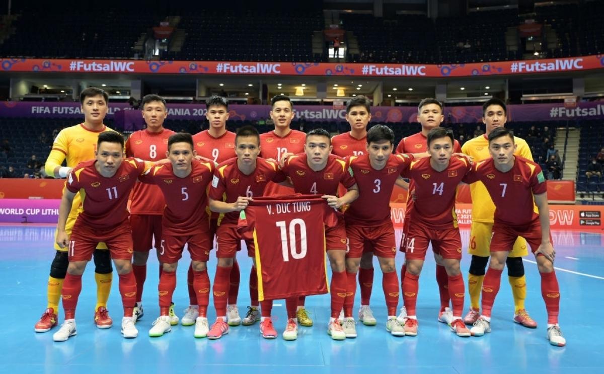 ĐT Futsal Việt Nam chụp ảnh cùng áo đấu của Đức Tùng để động viên pivot 26 tuổi, người đang bị chấn thương. (Ảnh: Getty).