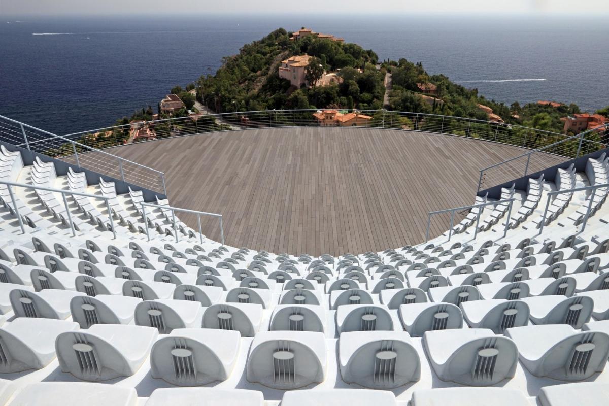 Nhà hát ngoài trời với 500 chỗ ngồi.
