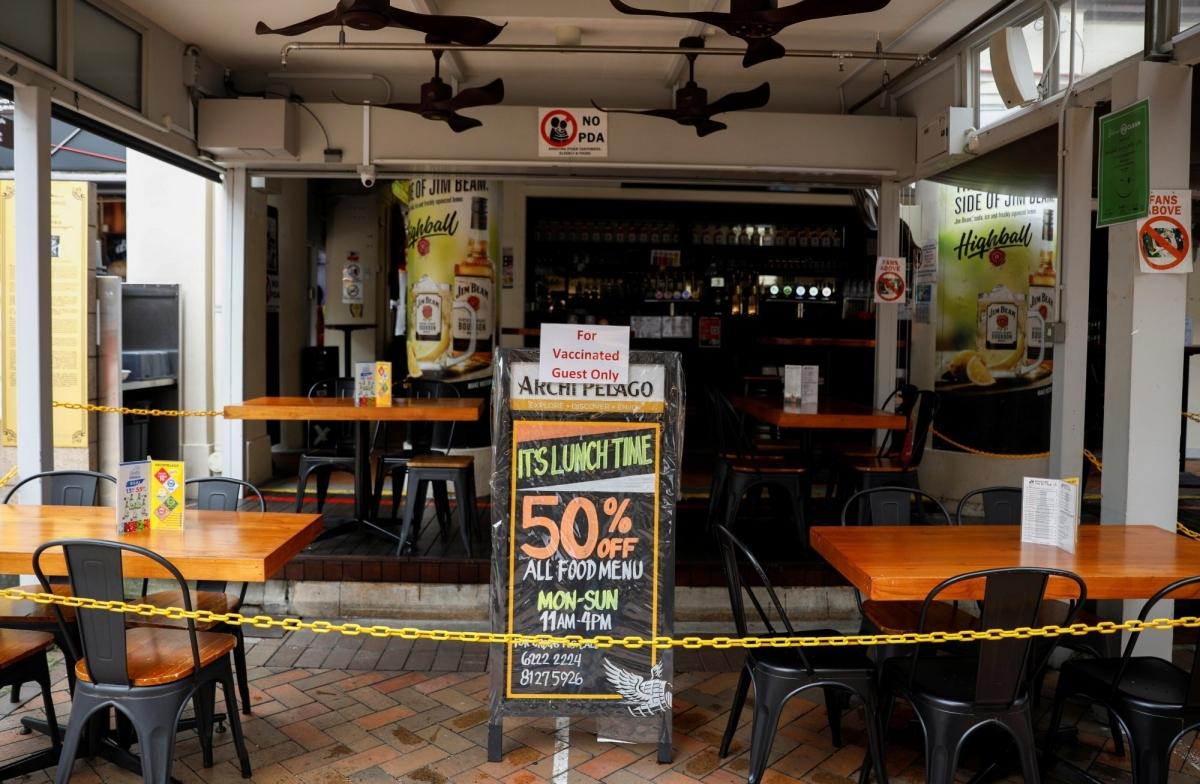 """Tấm biển ghi """"Chỉ dành cho những khách hàng đã tiêm chủng"""" tại một nhà hàng ở Singapore. Ảnh: Reuters"""