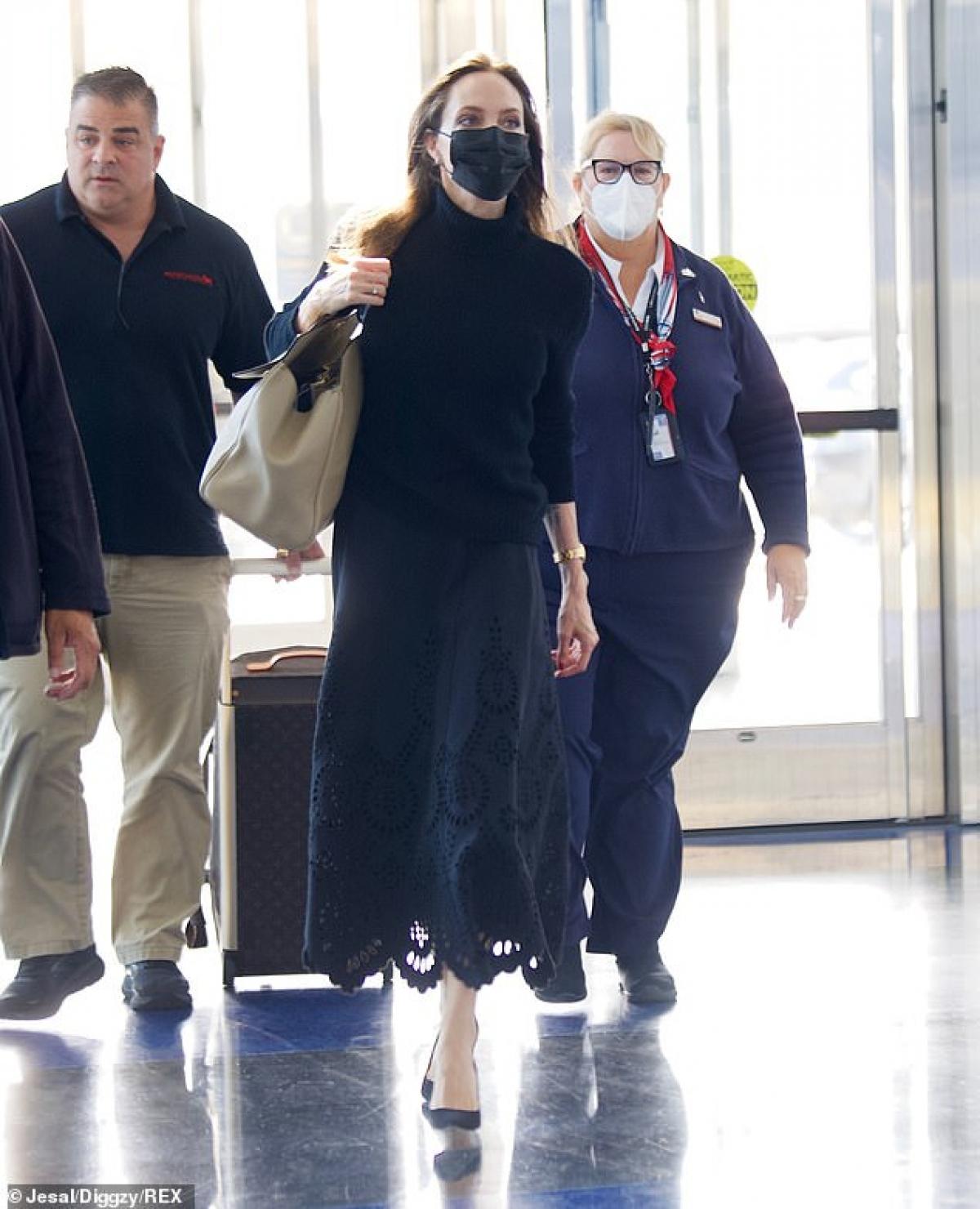 Angelina Jolie thu hút mọi ánh nhìn khi xuất hiện tại sân bay ở Los Angeles vừa qua.