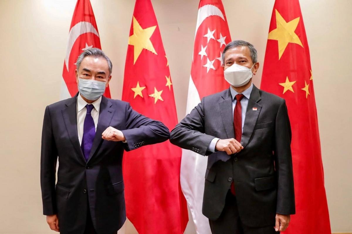 Ngoại trưởng Vương Nghị gặp người đồng cấp Vivian Balakrishnan vào tháng 10/2020 tại Singapore (Ảnh: KT)