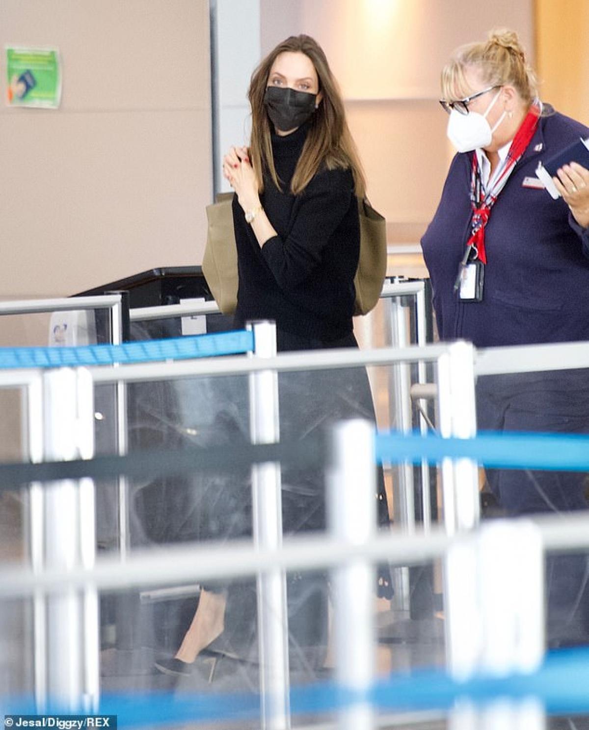 Nữ diễn viên mặc áo len phối cùng chân váy dài, đeo khẩu trang cẩn thận để bảo vệ mình và cộng đồng.