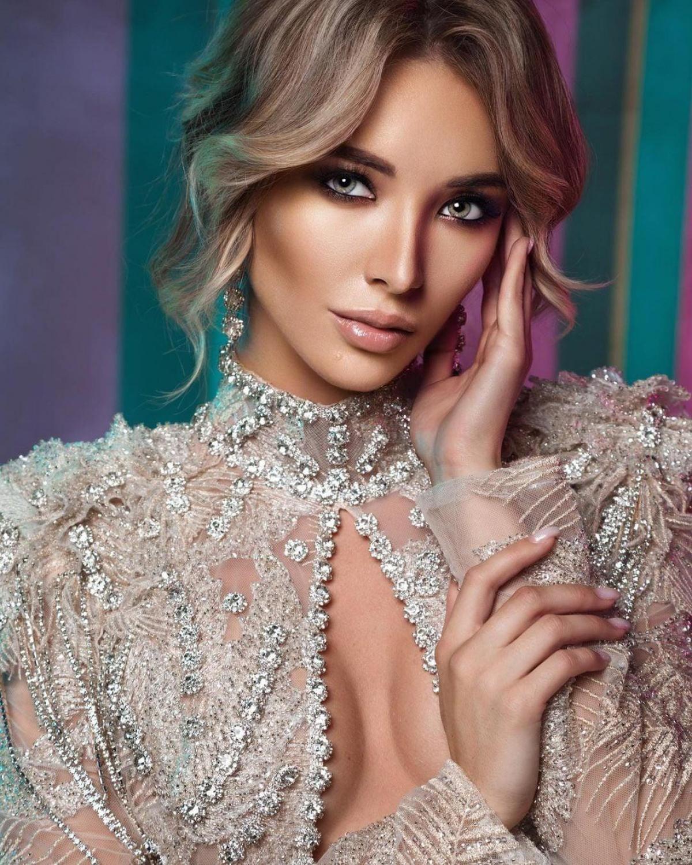 Yulia Pavlikova hiện là người mẫu kiêm Hoa hậu tại Nga, cô có bằng Tiến sĩ Kinh tế và Quản lý Nguồn nhân lực. Bên cạnh đó cô còn là thành viên của Quỹ bảo vệ động vật.