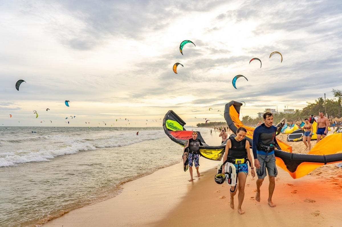 Phan Thiết – Bình Thuận là một trong hai địa điểm hiếm hoi tại Đông Nam Á có sức gió lý tưởng cho bộ môn lướt sóng với diều.