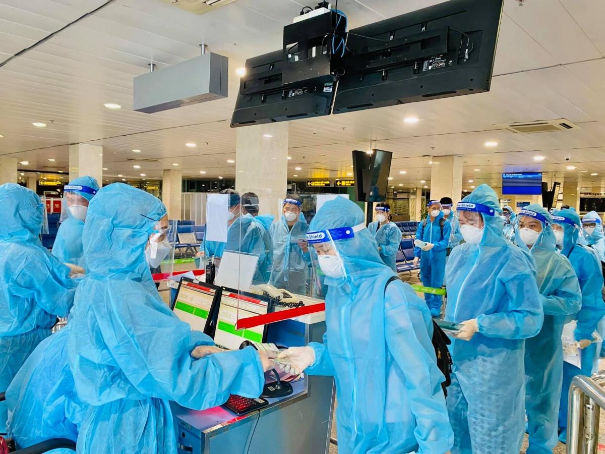 Các y bác sĩ đều được sàng lọc yếu tố dịch tễ và có kết quả xét nghiệm âm tính với virusSARS-CoV-272 giờ trước khi lên máy bay