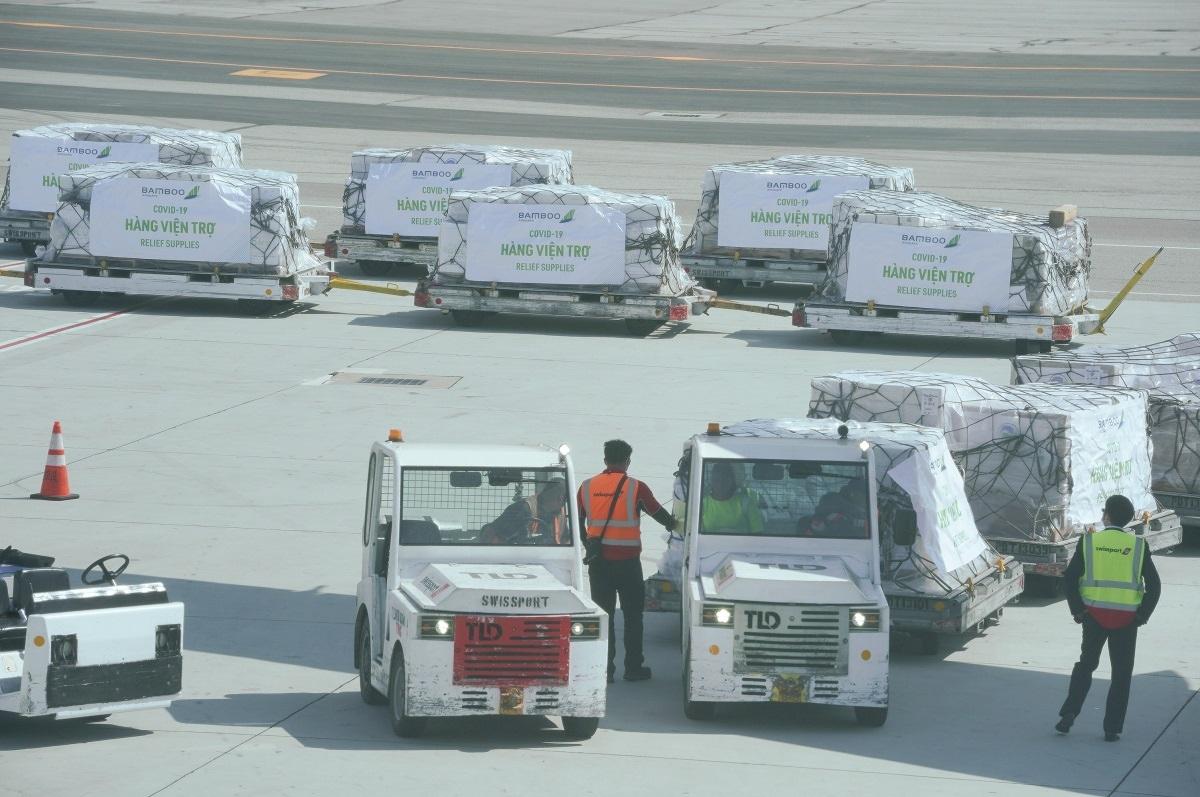 Chuyến bay trở về trên chặng San Francisco – Hà Nội chở miễn phí 7 tấn trang thiết bị, vật tư y tế cứu trợ được gửi từ Lãnh sự quán Việt Nam tại San Francisco về nước