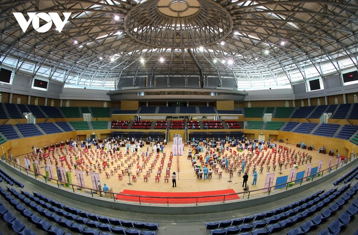 Vaccination is said to be the most effective way to better protect people from virus infection, In the photo, Tien Son sport complex has been used as a vaccination site in Da Nang.