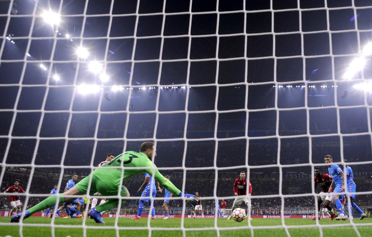 AC Milan nhập cuộc hừng hực khí thế và vượt lên dẫn trước sau cú sút chéo góc của Rafael Leao ở phút 20.