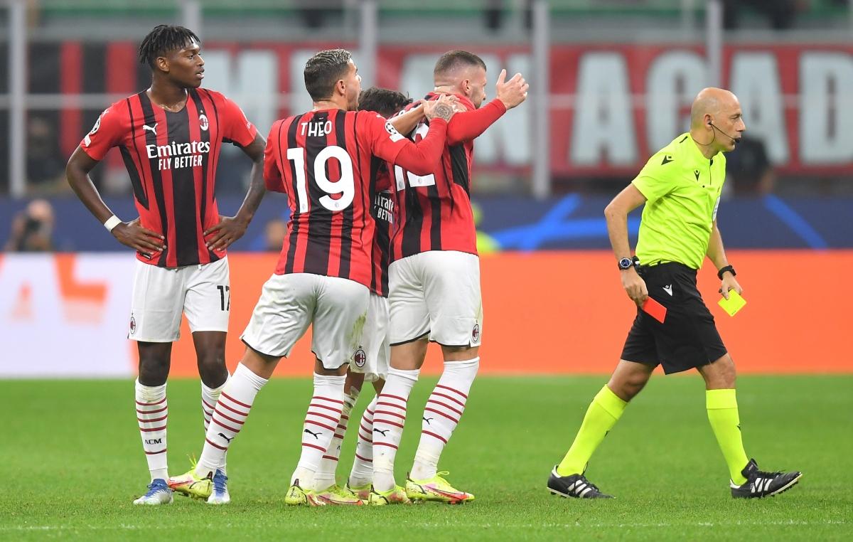Niềm vui ngắn chẳng tày gang với AC Milan khi Franck Kessie nhận thẻ vàng thứ 2 và bị truất quyền thi đấu ở phút 29.
