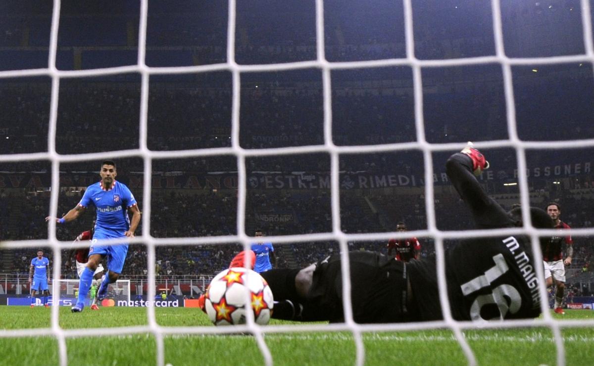 Phút 90+7, Luis Suarez thực hiện thành công quả phạt đền sau khi trọng tài và VAR xác định bóng chạm tay hậu vệ AC Milan trong vòng cấm.