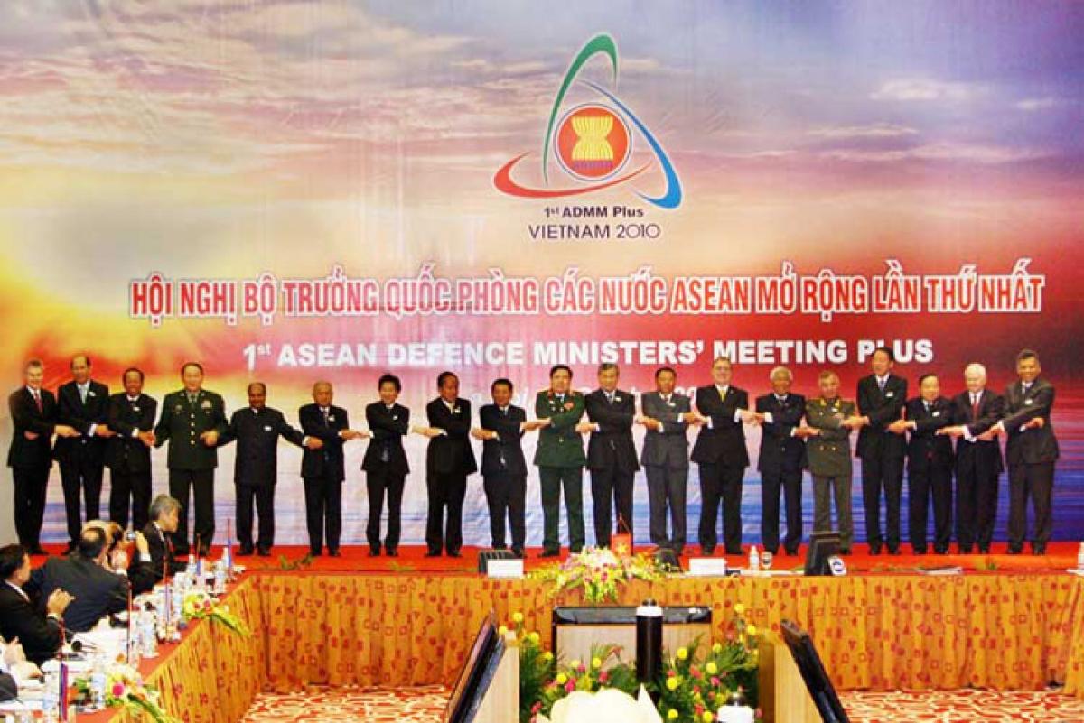 Các Bộ trưởng và quan chức quốc phòng của 10 nước ASEAN và 8nước đối tác đối thoại chụp ảnh chung tại ADMM+ lần thứ nhất, ngày 12/10/2010.(Ảnh: admm.asean.org)