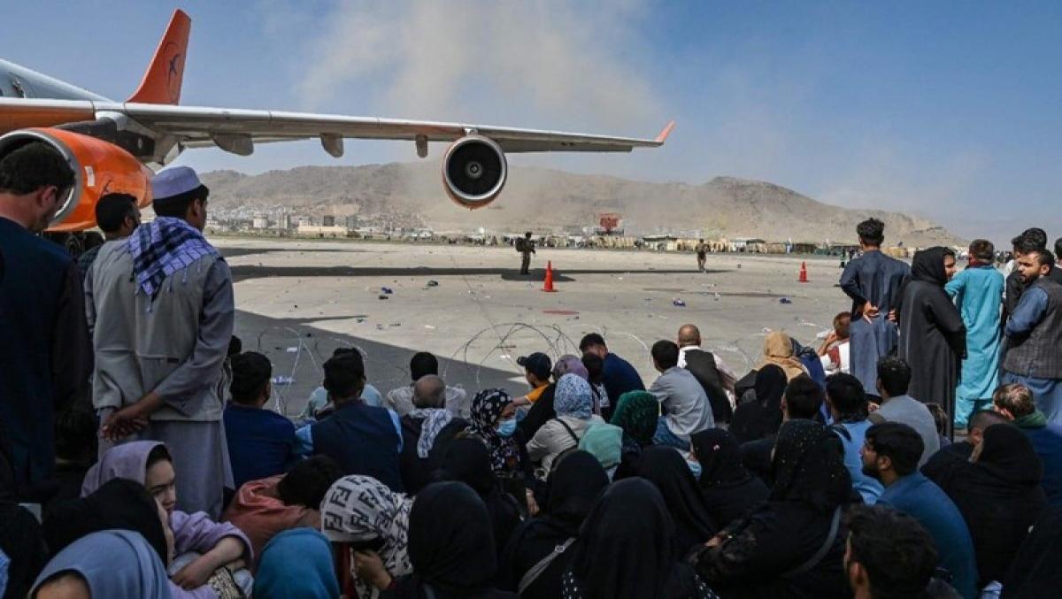 Còn rất nhiều người vẫn đang chờ các chuyến bay sơ tán để được rời khỏi Afghanistan ở sân bay Kabul. Ảnh: iceland.bpositivenow