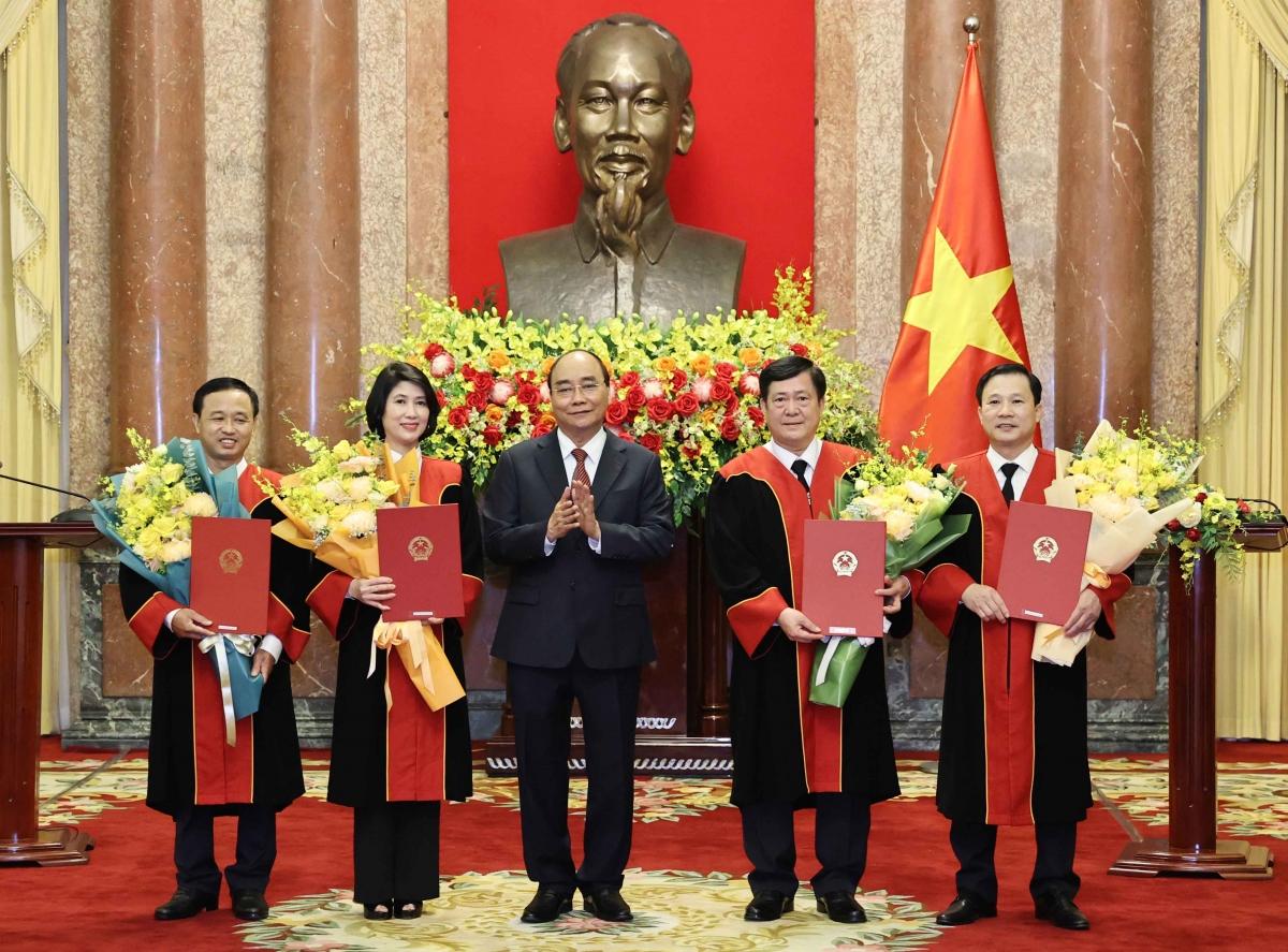 Chủ tịch nước Nguyễn Xuân Phúc trao Quyết định bổ nhiệm Thẩm phán Tòa án nhân dân tối cao