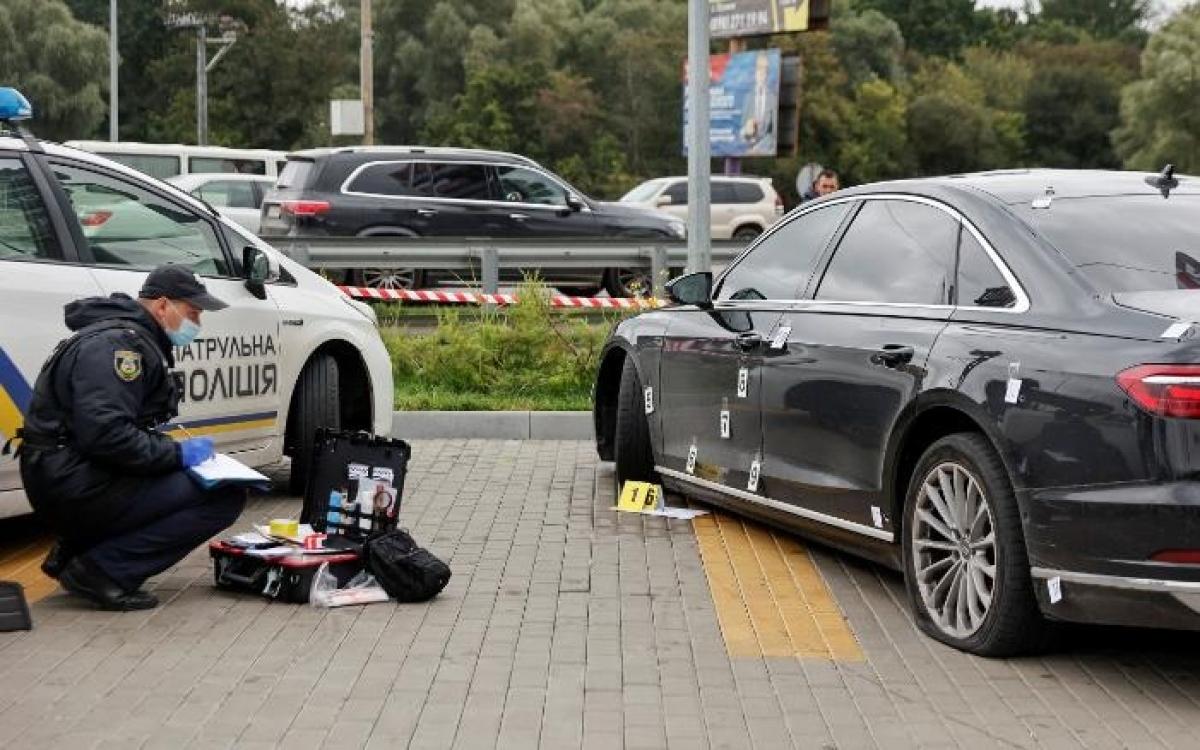 Cảnh sát khám nghiệm hiện trường có chiếc xe chở ông Shefir. Ảnh: Reuters.
