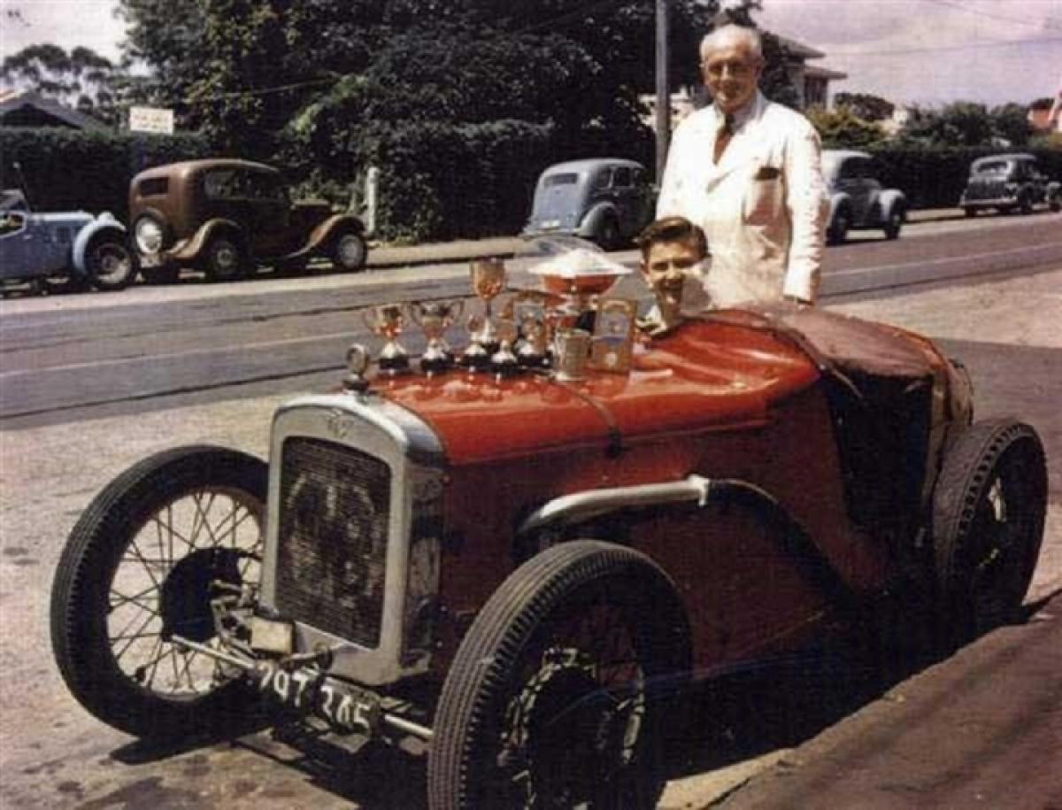 Bruce và cha của ông – Les McLaren cùng chiếc xe Ulster đầu tiên của mình