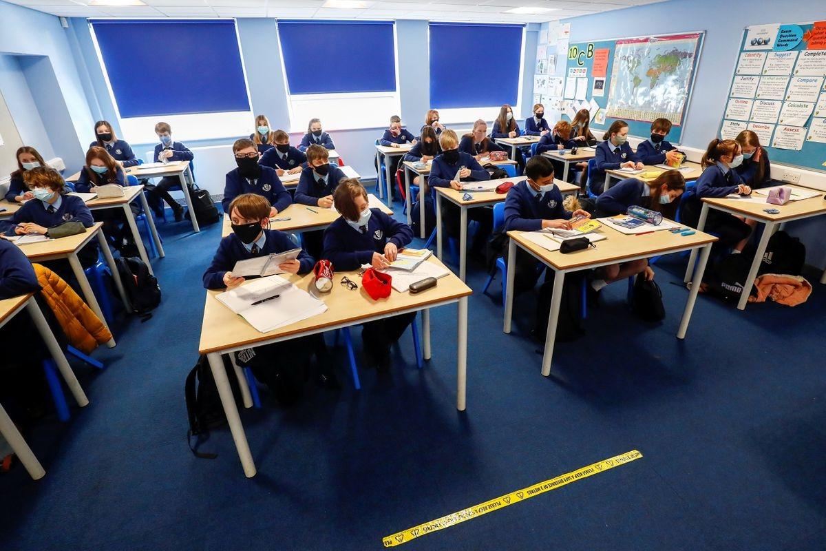 Một giờ học tại trường trung học Weaverham, Cheshire, Anh hồi tháng 3. Ảnh: Reuters