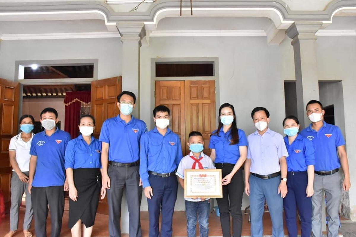 Huyện Đoàn Hương Sơn cùng chính quyền địa phương đến thăm tặng quà, biểu dương em Đức.