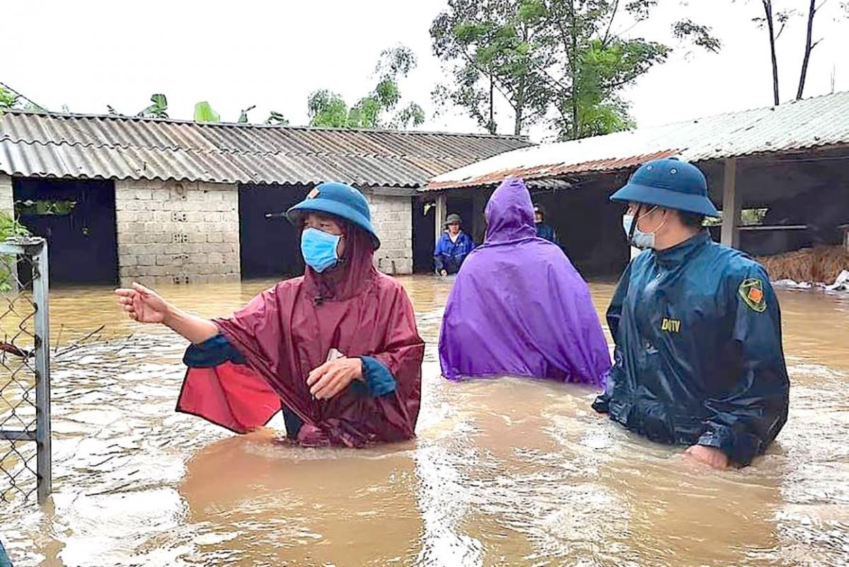 Mưa lớn nước dâng cao khiến nhiều vùng dân cư ngập sâu.