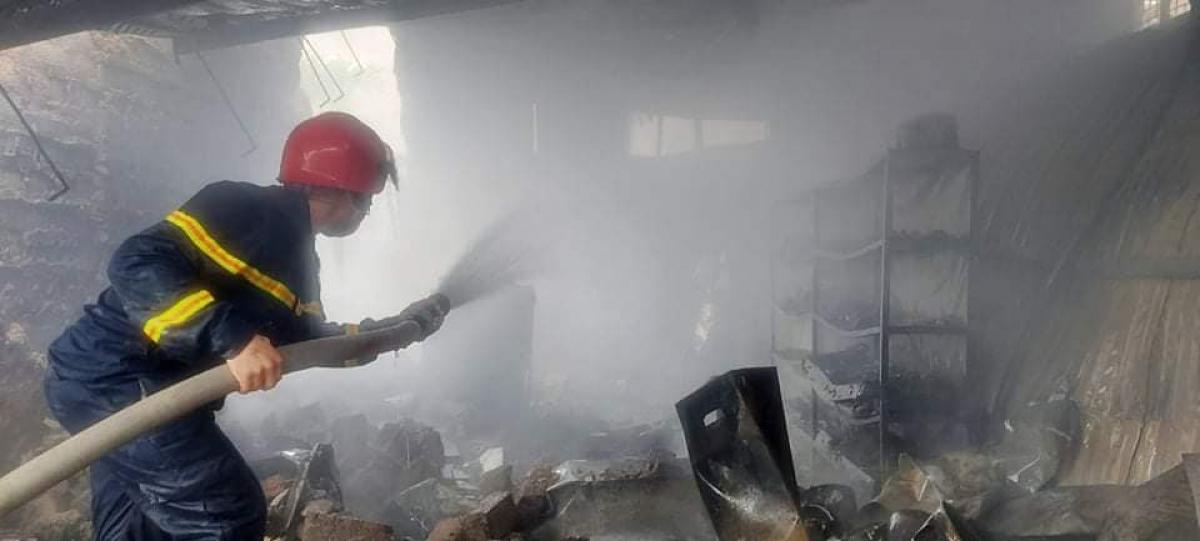 Lực lượng chức năng tiếp cận khống chế đám cháy.