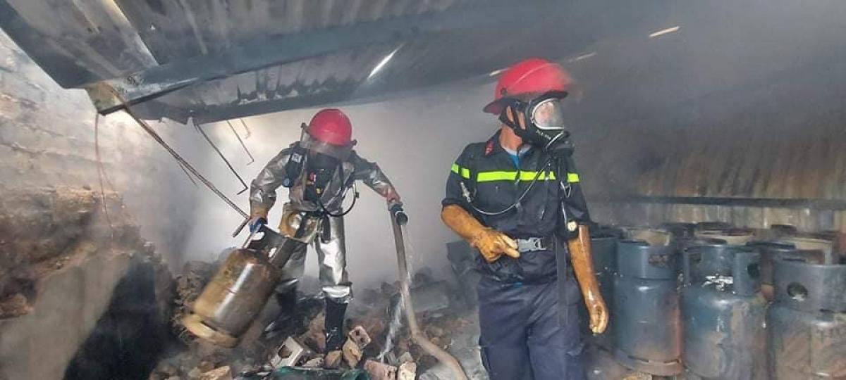 Hiện trường vụ hỏa hoạn có rất nhiều bình gas.