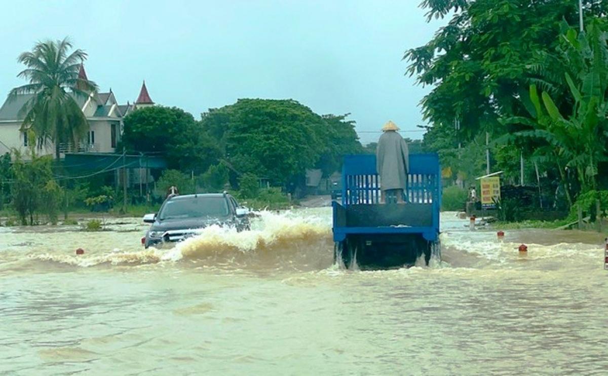 Nhiều tuyến quốc lộ bị ngập sâu, giao thông bị chia cắt.