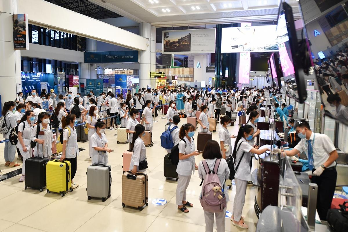 Cục HKVN đề xuất nối lại tất cả đường bay nội địa. Với hành khách đã tiêm đủ 2 mũi vaccine phòng COVID-19, khách khỏi bệnh COVID-19 được đi lại không hạn chế.