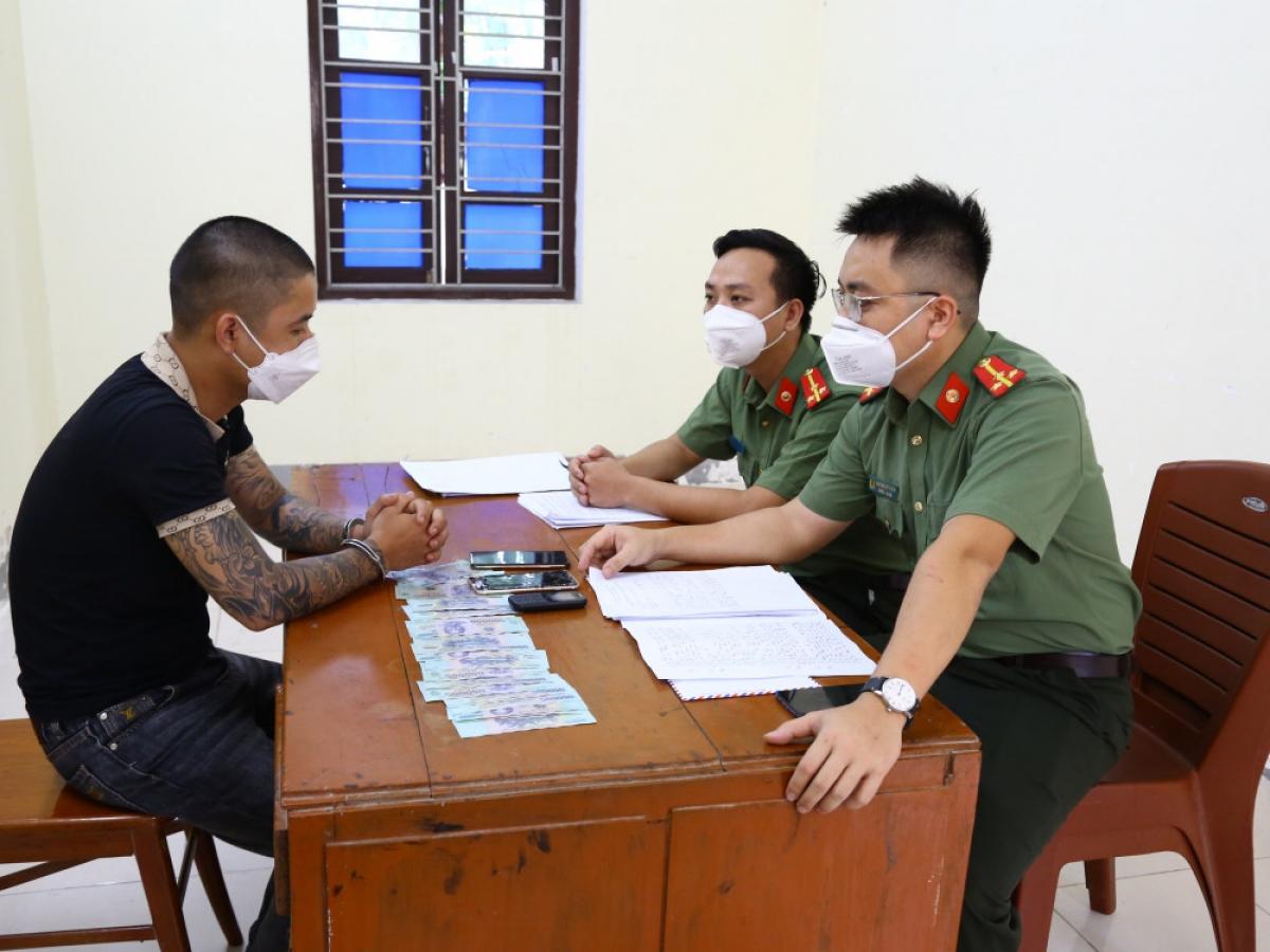 Đối tượng Phùng Việt Trinh tại cơ quan điều tra.