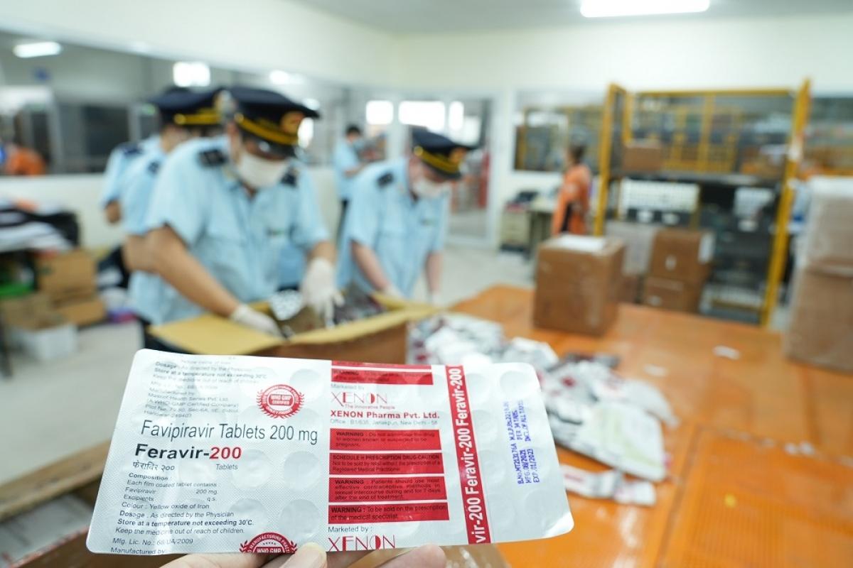 Công chức Đội Kiểm soát chống buôn lậu khu vực miền Bắc kiểm tra thông tin sơ bộ về mặt hàng thuốc trong các kiện hàng vi phạm.