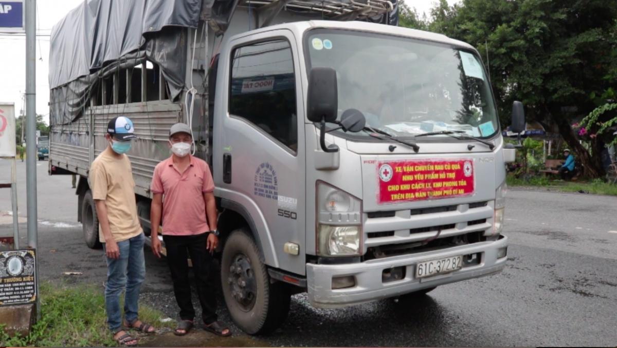 Đối tượng đã giả làm lơ xe (áo vàng) để thông qua chốt kiểm dịch từ TP.HCM về huyện Lấp Vò, tỉnh Đồng Tháp.