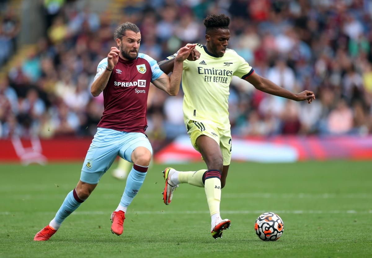 Burnley nỗ lực gia tăng sức ép sau khi nhận bàn thua.