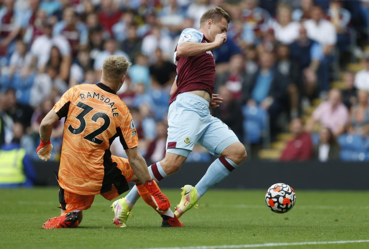 Phút 59, Matej Vydra ngã xuống trong vòng cấm Arsenal sau pha va chạm với thủ môn Aaron Ramsdale.