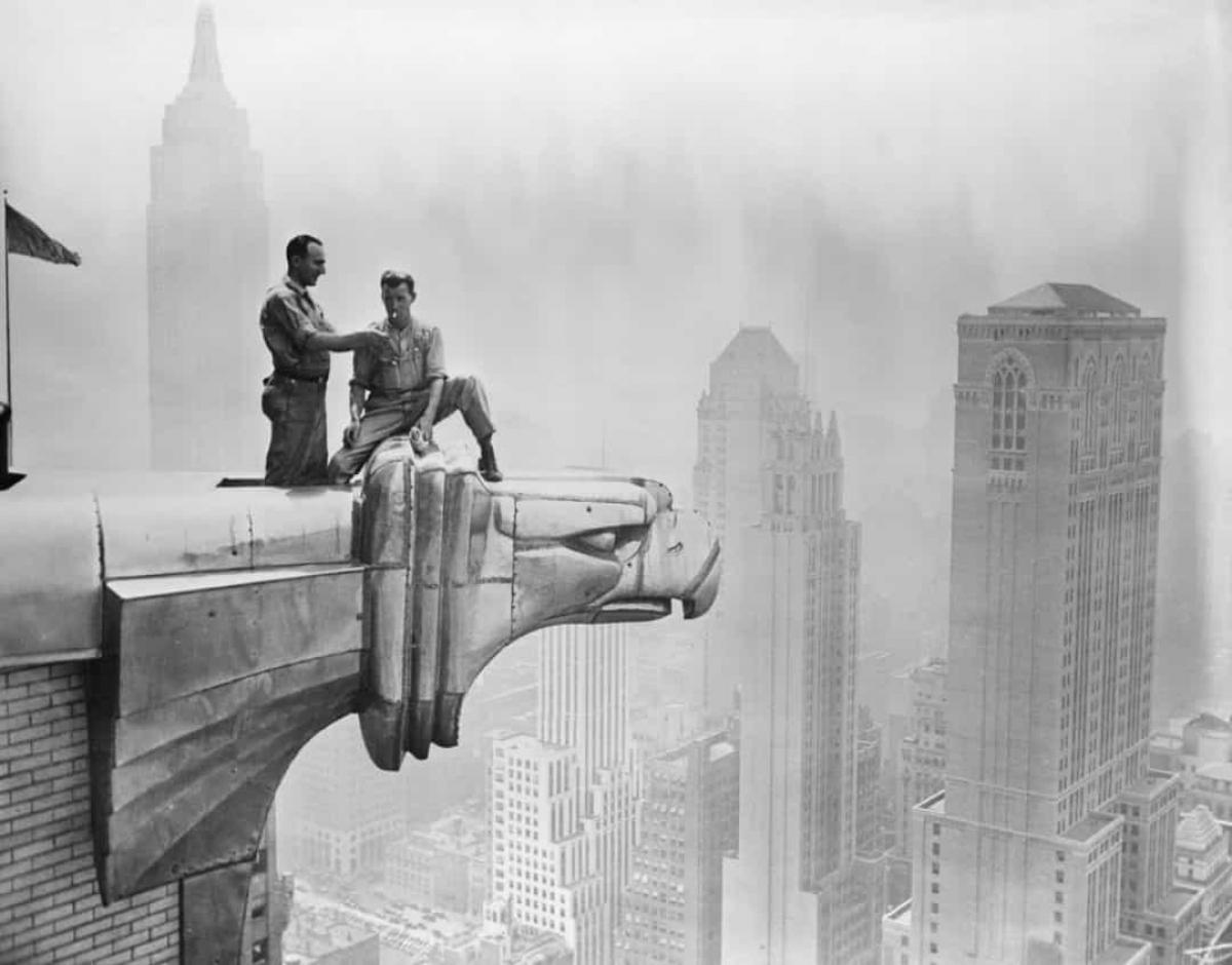 Các công nhân làm việc trên một gác kiếm (gargoyle - một hình thức điêu khắc trang trí gắn với ống máng thoát nước mái được gắn trên các mặt tường của một công trình kiến trúc) tại Tòa nhà chọc trời Chrysler ở New York năm 1940