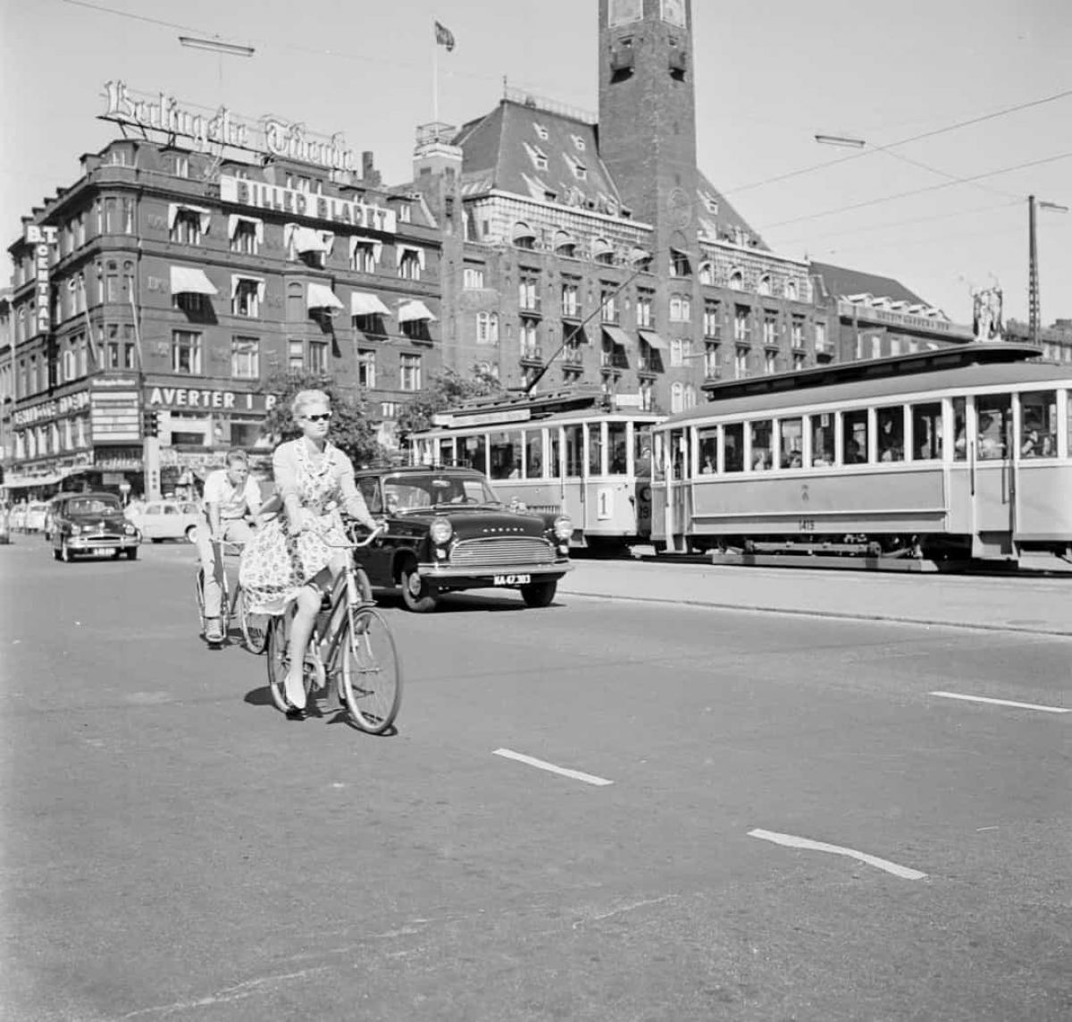 Một người phụ nữ đạp xe trên đường phố Copenhagen, Đan Mạch năm 1960.